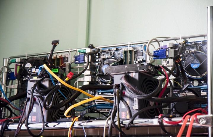 восстановление данных, стенд с компьютерами и дисками
