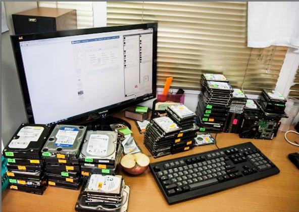 datarecovery - востаановление данных, рабочий стол с дисками