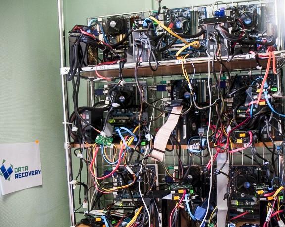 стенд с компьютерами в datarecovery - восстановление данных