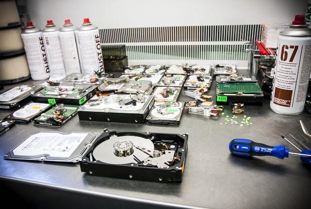 восстановление данных с жесткого диска - datarecovery - чистая комната, диск в разборе