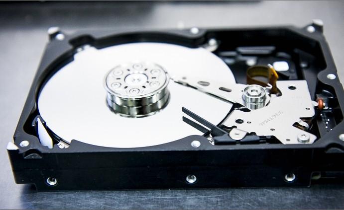 datarecovery - восстановление данных с hdd - жесткий диск в разобранном виде